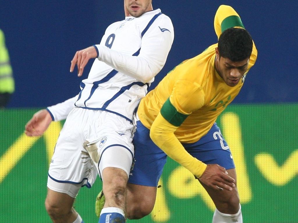 Atacante Hulk passa pela marcação de zagueiro da Bósnia