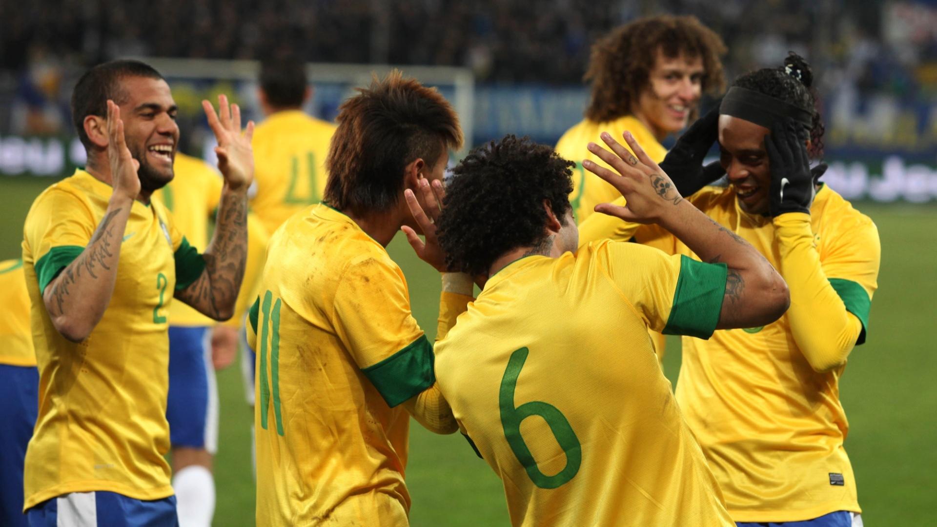 Marcelo, Ronaldinho Gaúcho, Daniel Alves e Neymar dançam após gol do Brasil contra a Bósnia