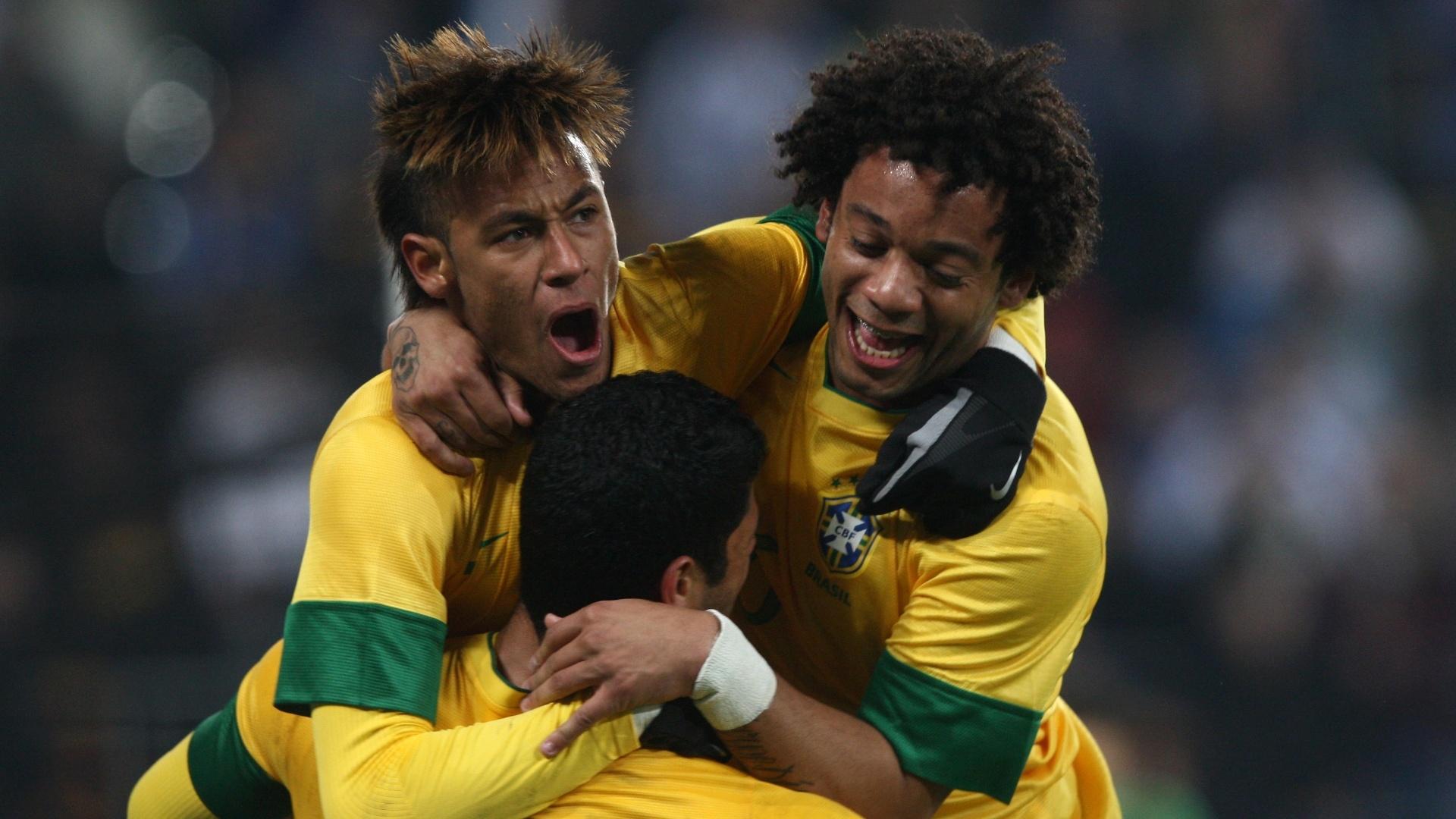 Neymar e Marcelo abraçam Hulk depois de o atacante fazer a jogada do gol brasileiro no segundo tempo