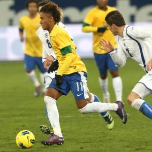 Neymar passa pela marcação do adversário em vitória brasileira por 2 a 1 sobre a Bósnia