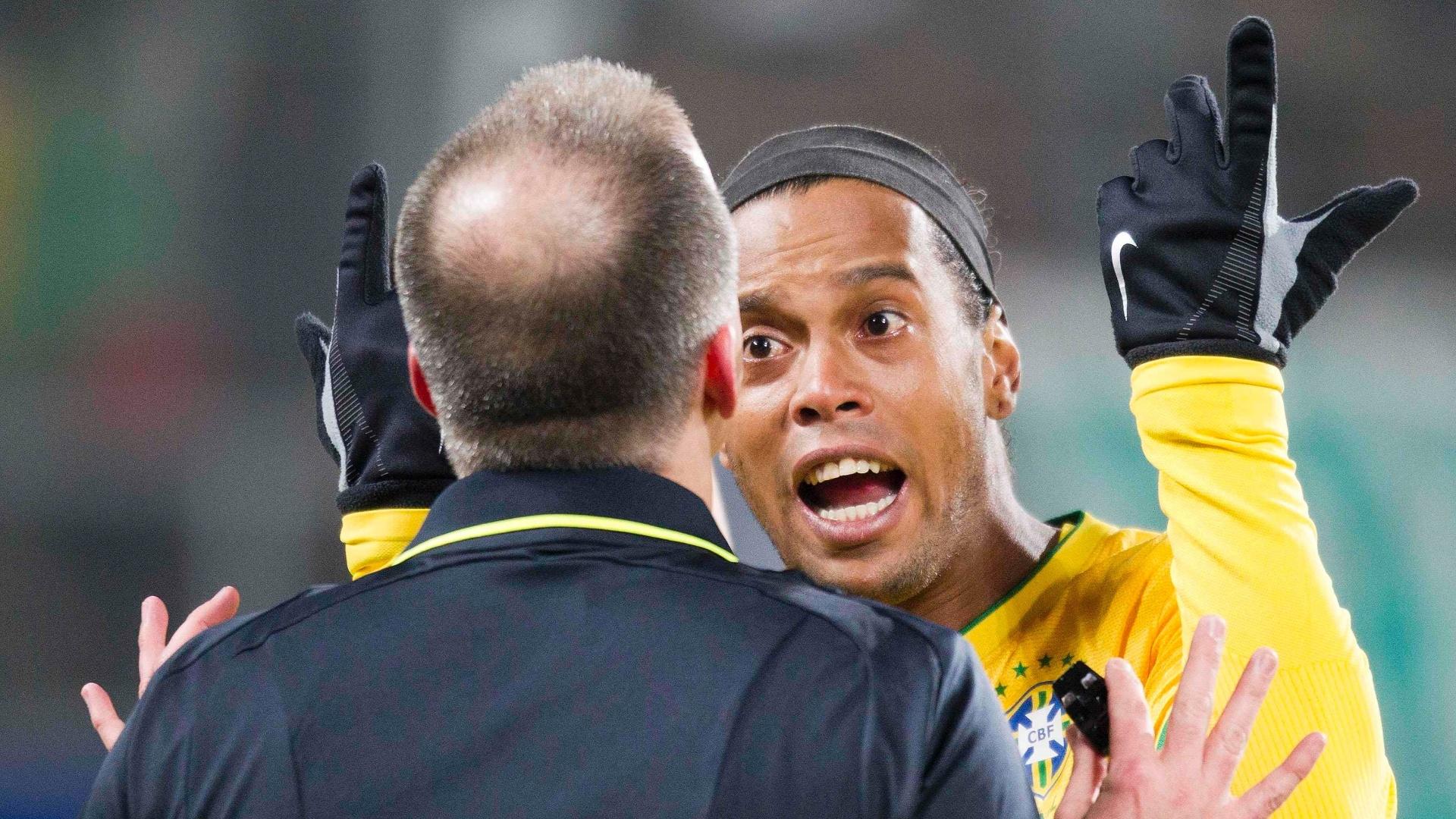 Ronaldinho Gaúcho discute com o árbitro durante amistoso entre Brasil e Bósnia