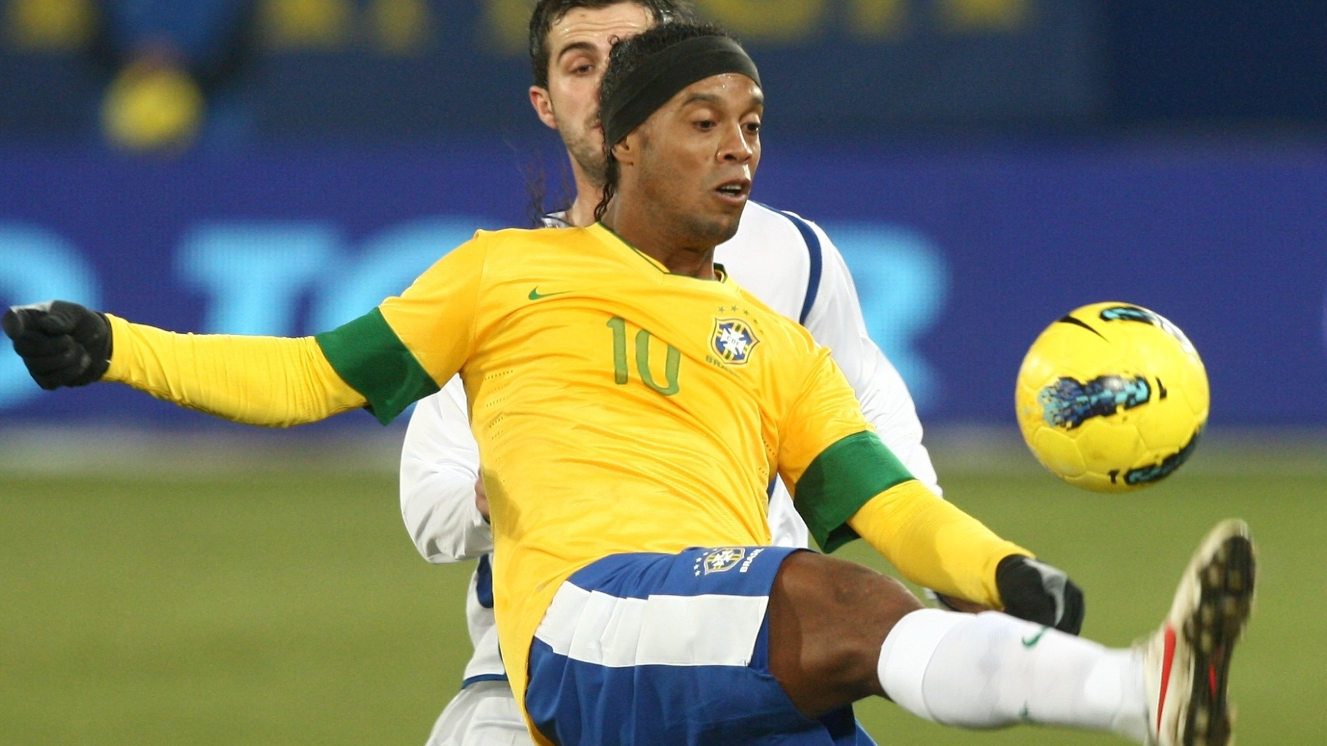 Ronaldinho Gaúcho domina a bola diante de marcação do jogador da Bósnia