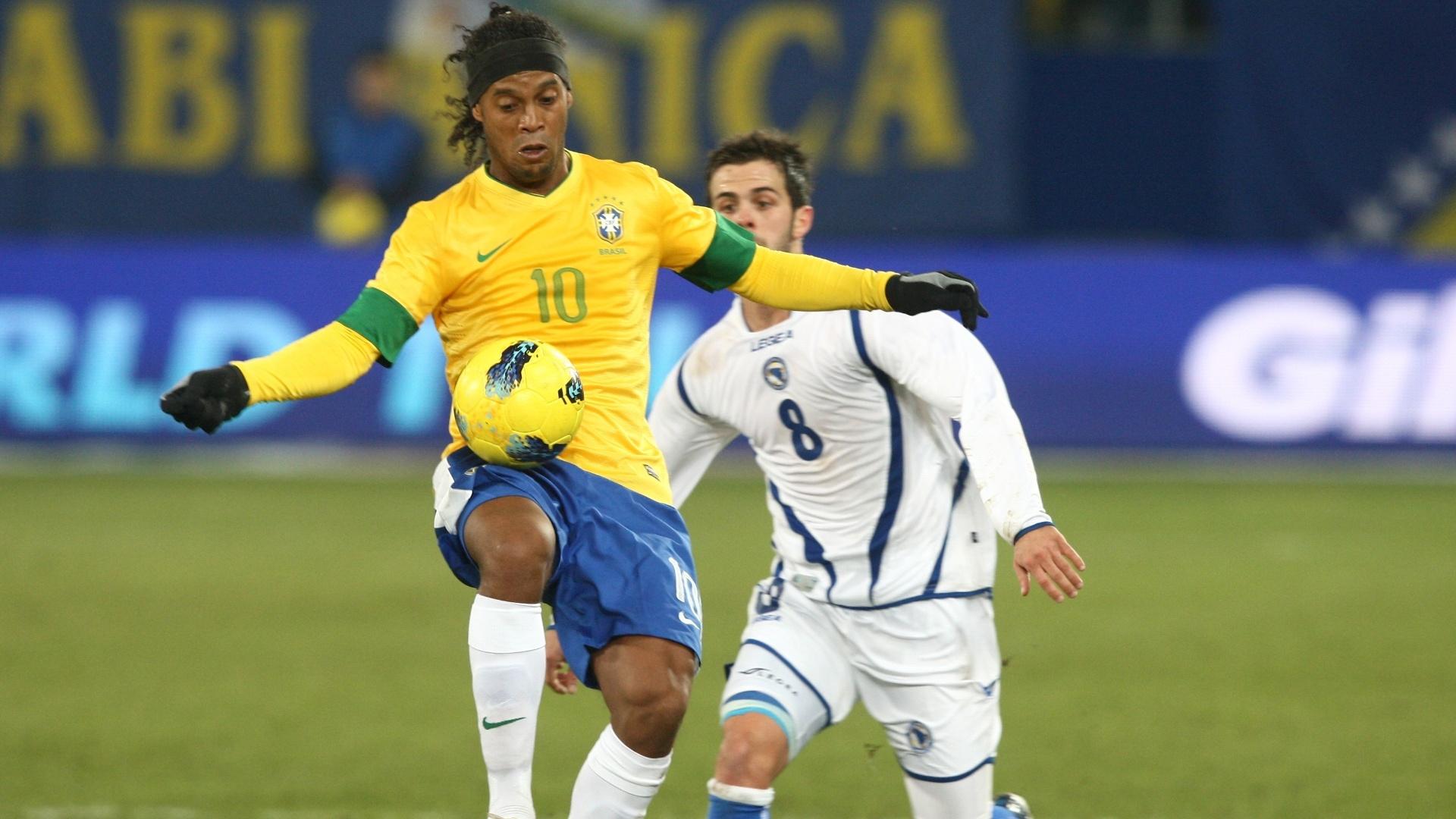 Ronaldinho Gaúcho protege a bola durante vitória do Brasil sobre a Bósnia