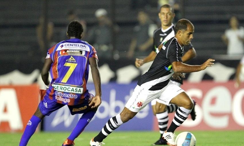 Felipe tenta a jogada durante o empate do Vasco contra o Bonsucesso