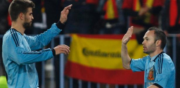 Iniesta e Piqué comemoram gol da seleção espanhola contra a Venezuela
