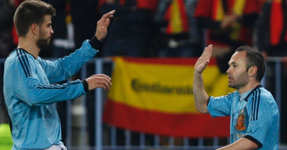 Iniesta (dir) celebra com Piqué seu gol no amistoso entre Espanha e Venezuela, no estádio La Rosaleda, em Málaga, na Espanha