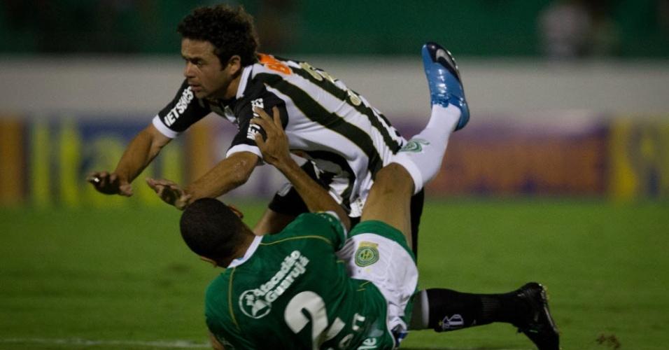 Juan, lateral esquerdo do Santos, disputa a bola com jogador do Guarani durante jogo em Campinas