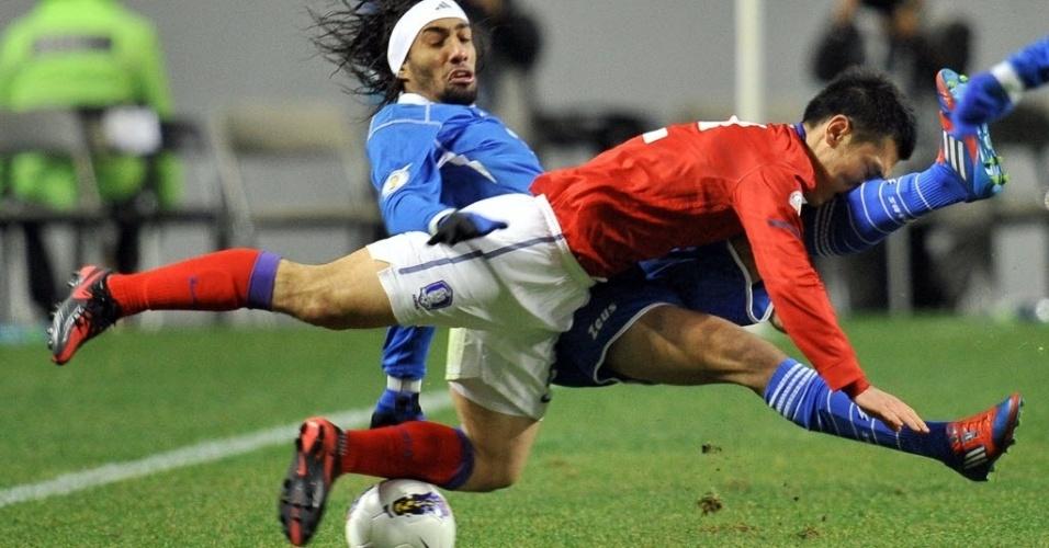 Choi Hyo-Jin, da Coreia do Sul, e Fahad Alenezi, do Kuwait, brigam pela posse de bola na partida entre as duas seleções pelas Eliminatórias Asiáticas para a Copa-2014. A Coreia se classificou em primeiro lugar. (29/02/2012)