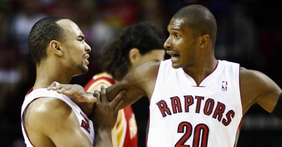 Leandrinho segura o companheiro de Toronto Raptors Jerryd Bayless