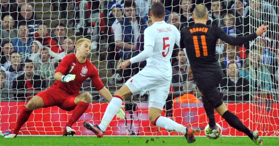 O holandês Robben marca gol em amistoso contra a Inglaterra, em Londres