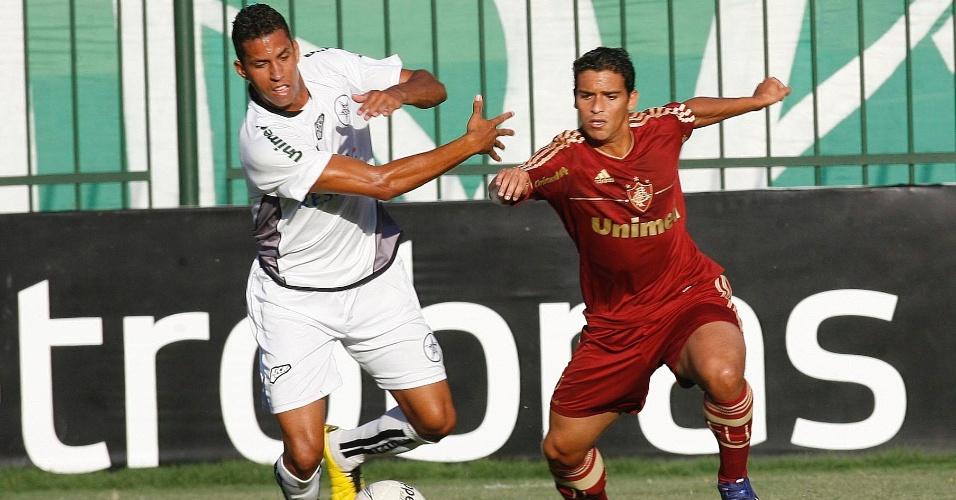 O volante Jean, do Fluminense, disputa a bola com o jogador do Resende