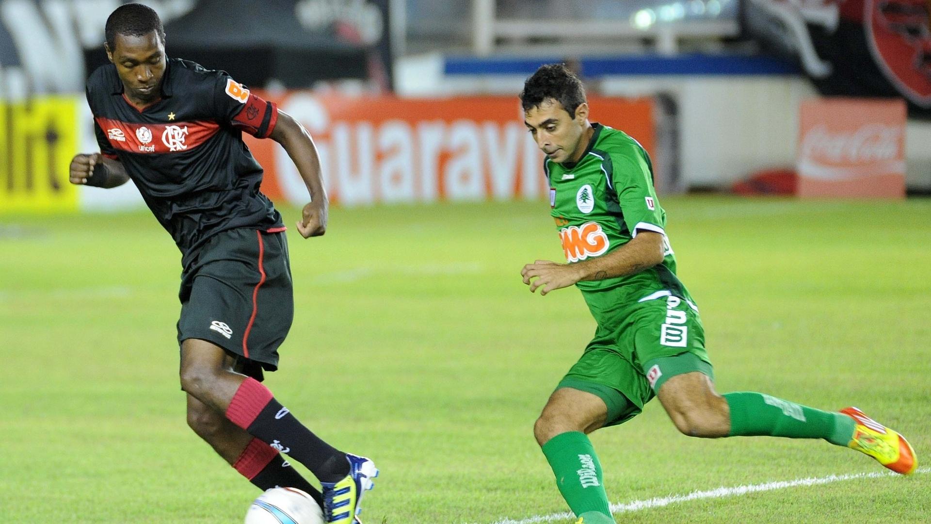 Renato Abreu, do Flamengo, conduz a bola durante a derrota para o Boavista