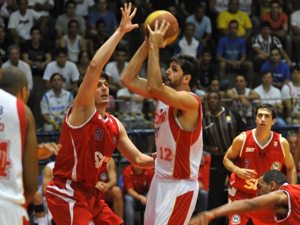 Guilherme Giovannoni, do Brasília, tenta a jogada durante partida contra o Pinheiros