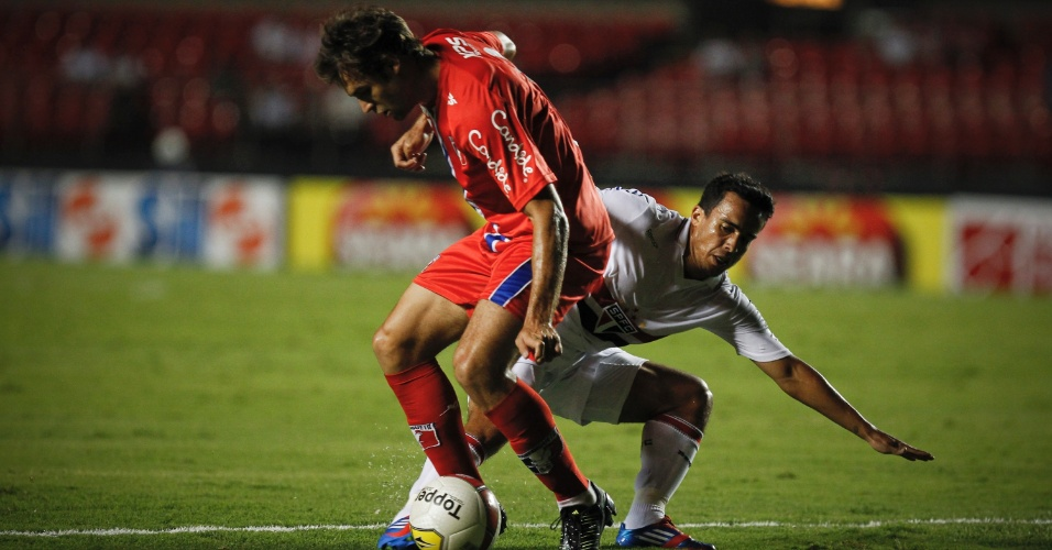 Jadson, do São Paulo, tenta desarmar o jogador do Guaratinguetá