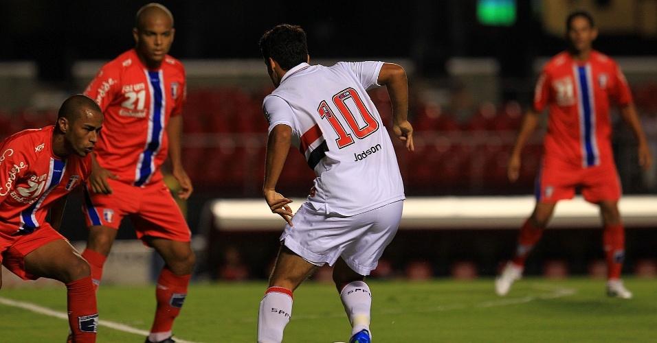 Jadson, meia do São Paulo, tenta a jogada durante a partida contra o Guaratinguetá
