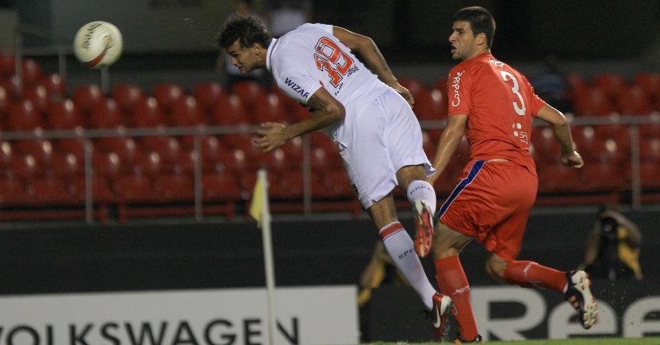 Willian José tenta a finalização de cabeça durante o jogo contra o Guaratinguetá
