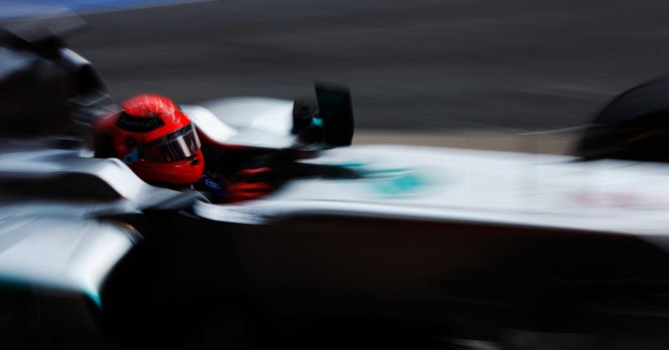 Michael Schumacher conduz sua Mercedes pelo circuito de Barcelona