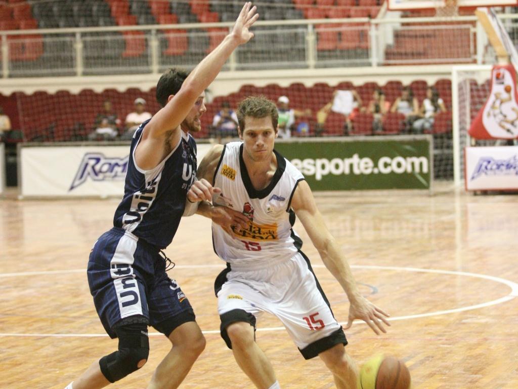 Audrei tenta passar pela marcação em partida entre Joinville e Uberlândia pelo NBB (03/03/12)