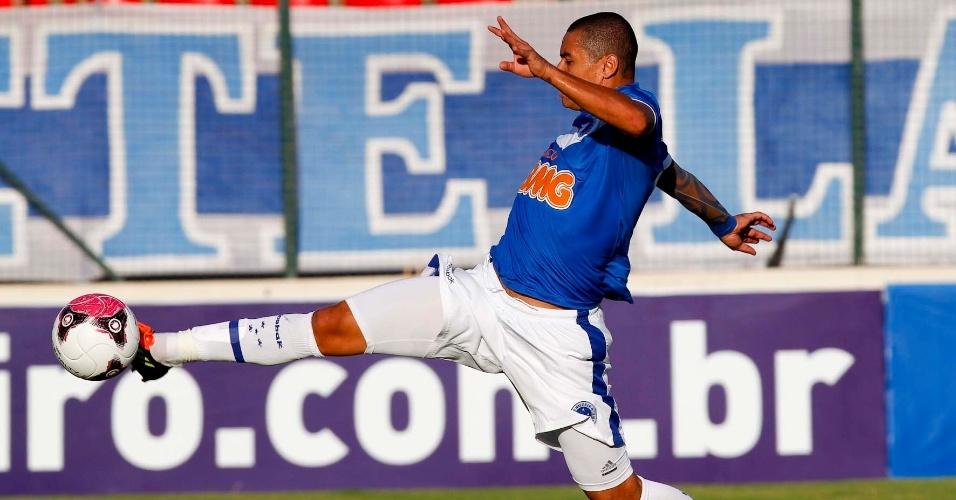 Autor de dois gols do time neste sábado, atacante Wellington Paulista afasta bola da zaga do Cruzeiro