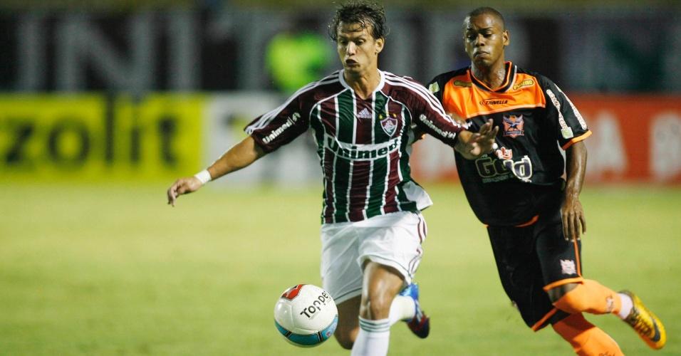 Diguinho, do Fluminense, domina a bola diante do marcado do Nova Iguaçu