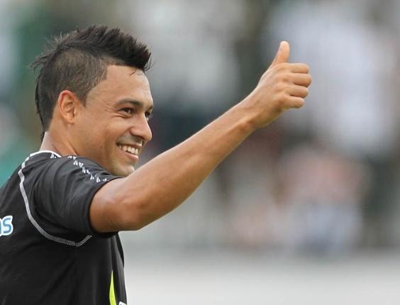 Éder Luis agradece os companheiros depois de anotar o gol do Vasco contra o Olaria