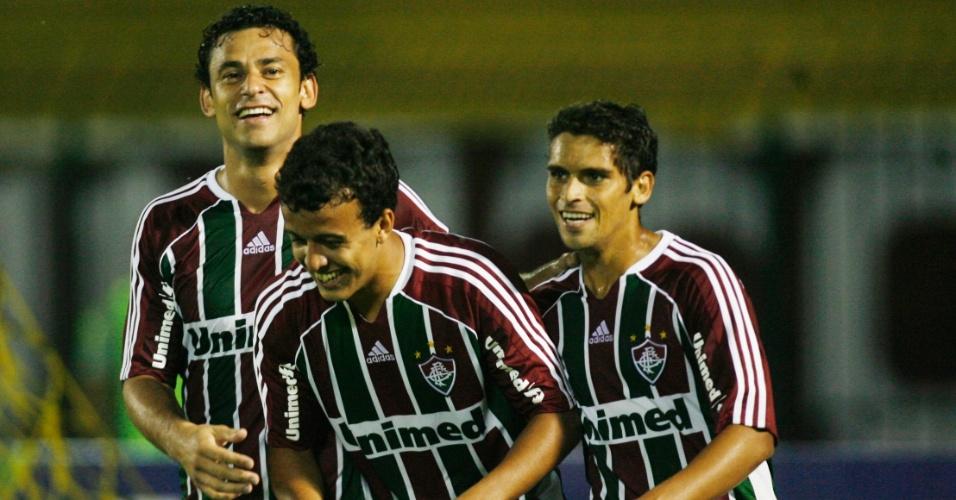 Fred e Jean comemoram gol de Matheus Carvalho, neste sábado