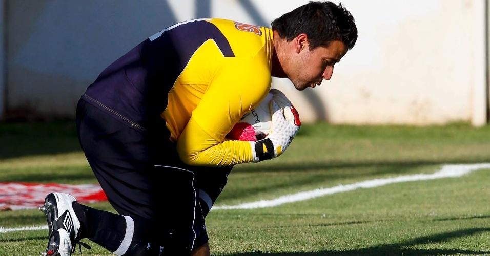 Goleiro Fábio, do Cruzeiro, mostra segurança em defesa durante partida contra o América-TO