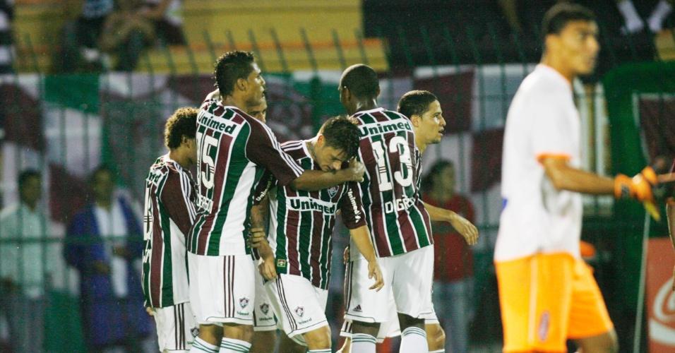 Jogadores do Fluminense comemoram o gol de Rafael Sóbis contra o Nova Iguaçu, neste sábado