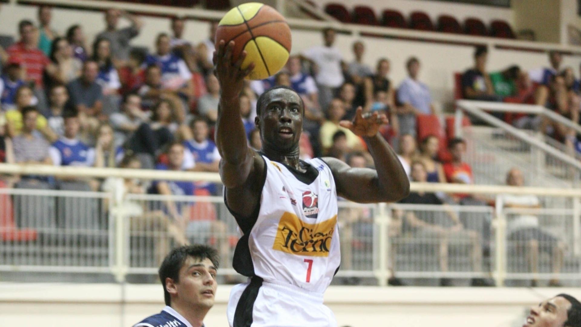 Kojo arrisca arremesso para o Joinville em partida contra o Uberlândia (03/03/12)