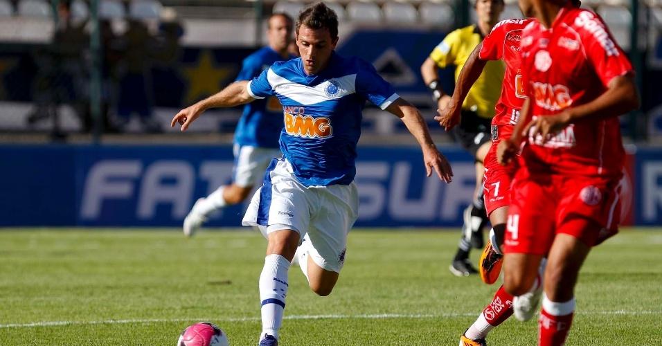 Meio-campo Montillo arrisca o chute durante jogo do Cruzeiro contra o Américo-TO