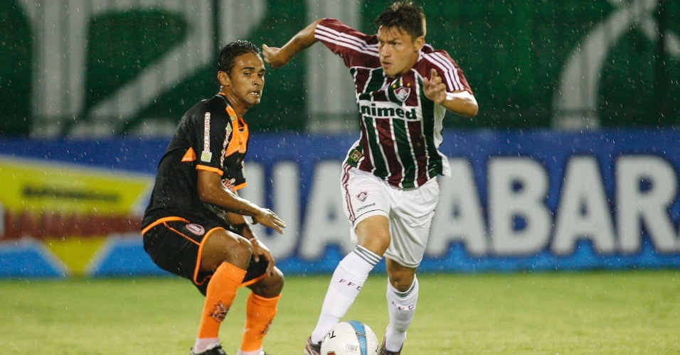 Rafael Sóbis passa pela marcação do defensor em partida do Fluminense, neste sábado