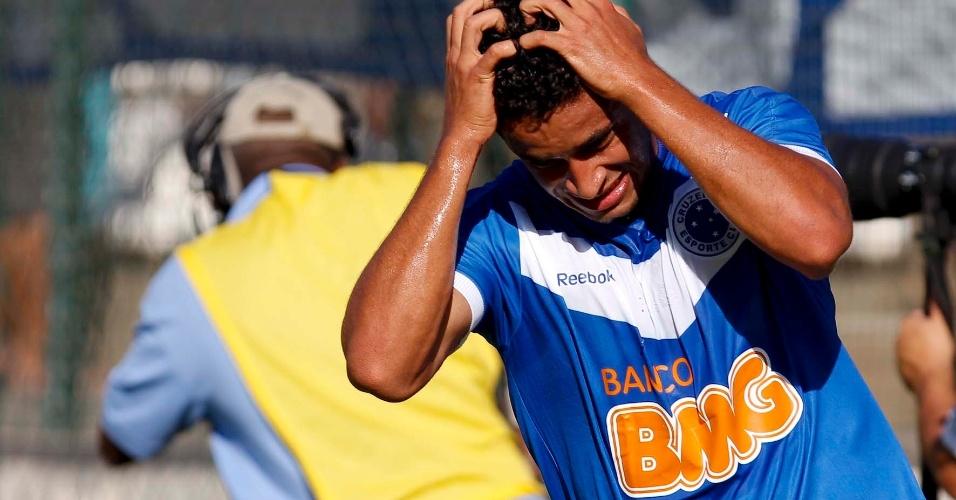 Zagueiro Leonardo Renan lamenta lance durante jogo do Cruzeiro pelo Campeonato Mineiro, neste sábado