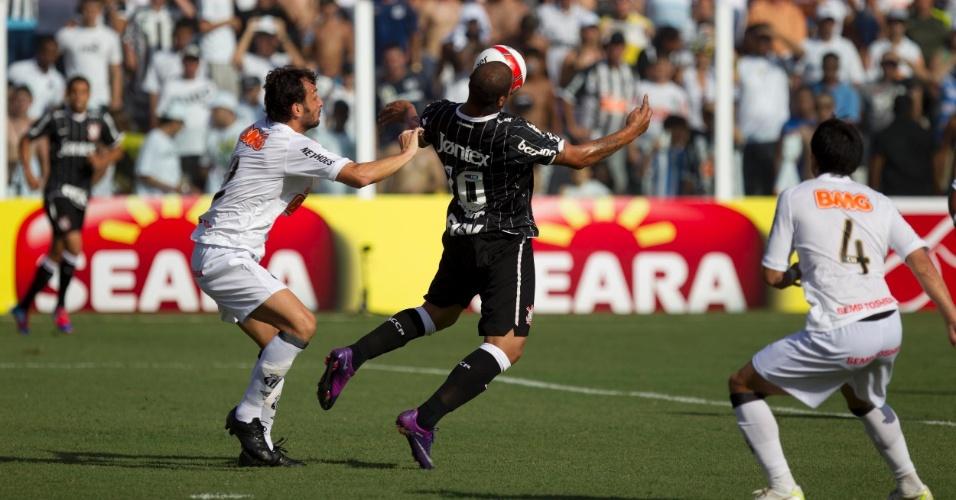 Adriano domina a bola no peito observado de perto por Edu Dracena, no clássico entre Santos e Corinthians