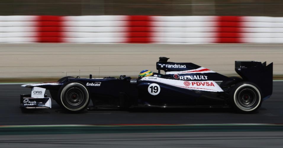 Bruno Senna conduz sua Williams pelo circuito de Barcelona