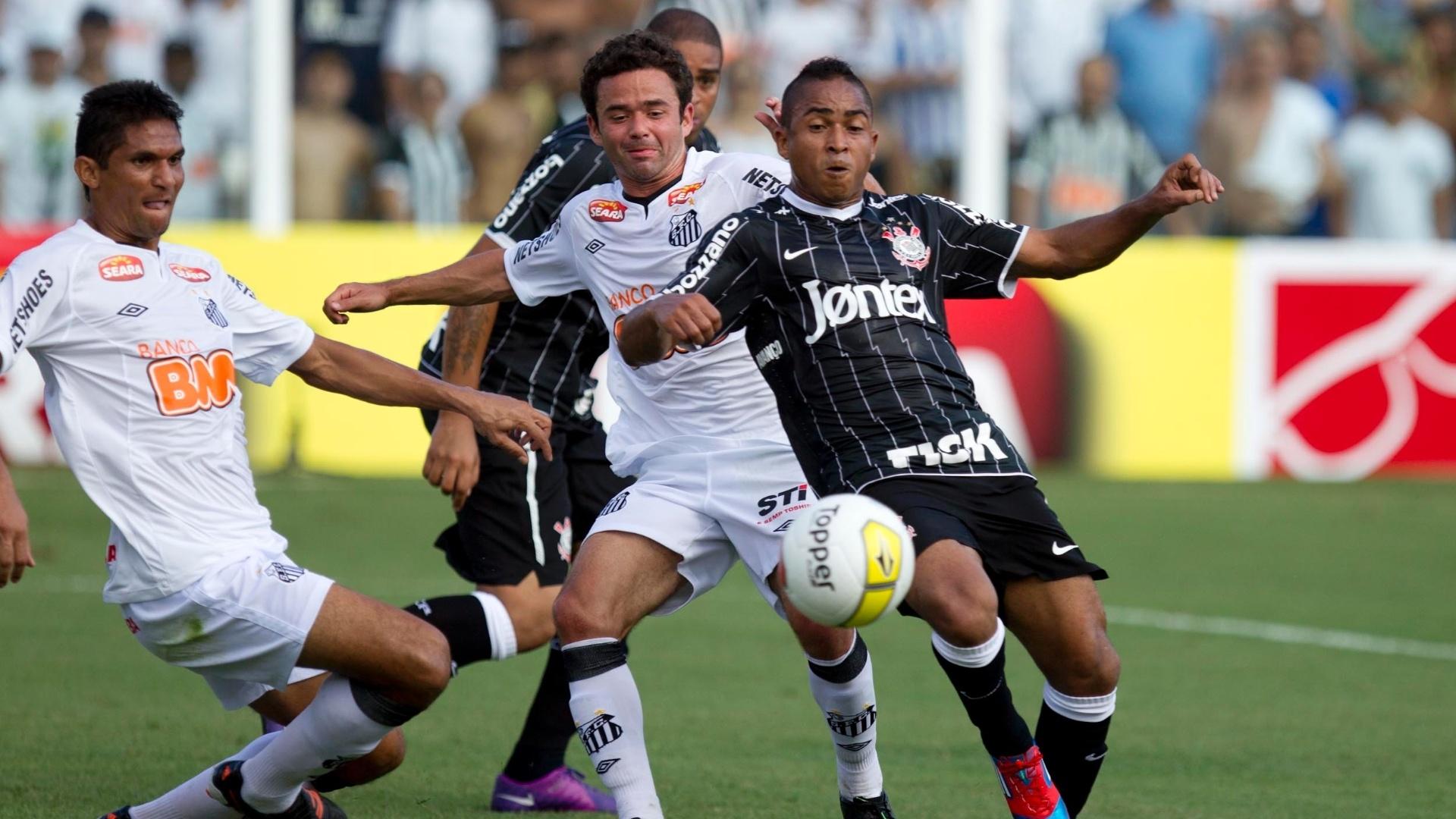 Durval e Juan disputam bola com o atacante Jorge Henrique, do Corinthians, em jogo do Paulistão
