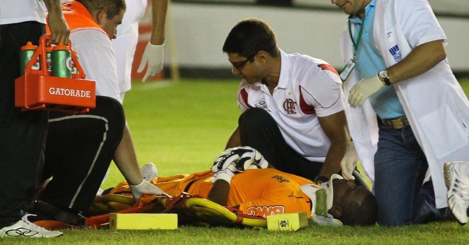 04.mar.2012 - Felipe, do Flamengo, é atendido em partida contra o Duque de Caxias. Goleiro deixou o campo e teve que ser encaminhado ao hospital