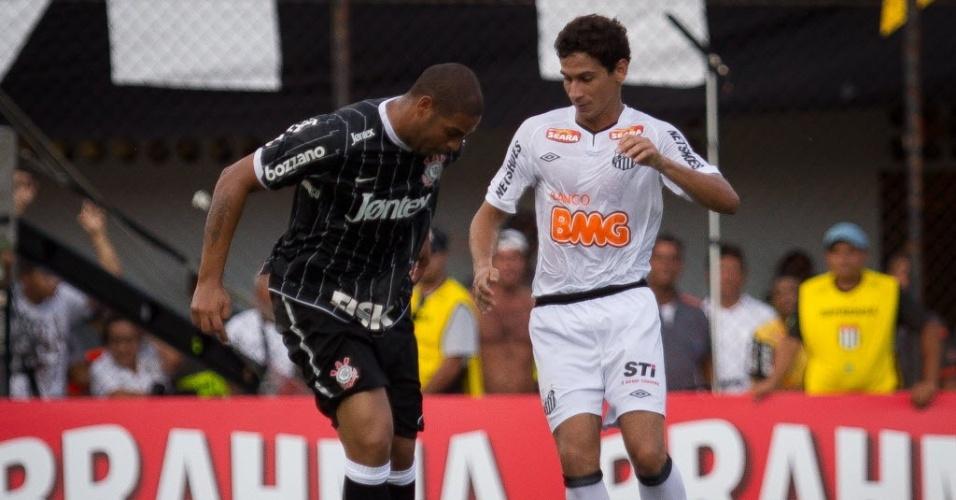 Ganso passa a bola no  meio das pernas do atacante Adriano em vitória do Santos sobre o Corinthians