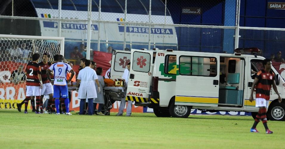 04.mar.2012 - Goleiro Felipe é levado de ambulância para o hospital depois de choque em partida do Flamengo contra o Duque de Caxias