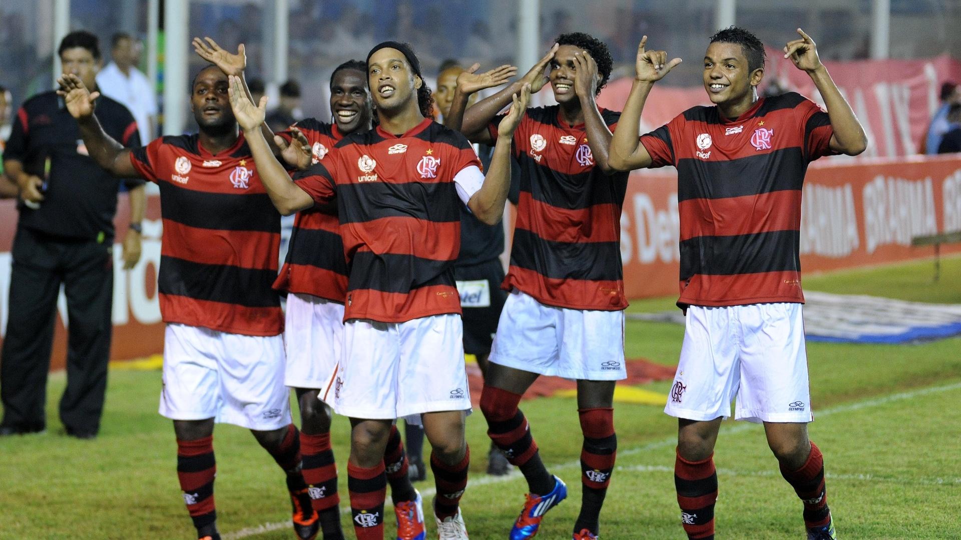 Jogadores do Flamengo ensaiam dança para comemorar gol de Ronaldinho Gaúcho contra Duque de Caxias