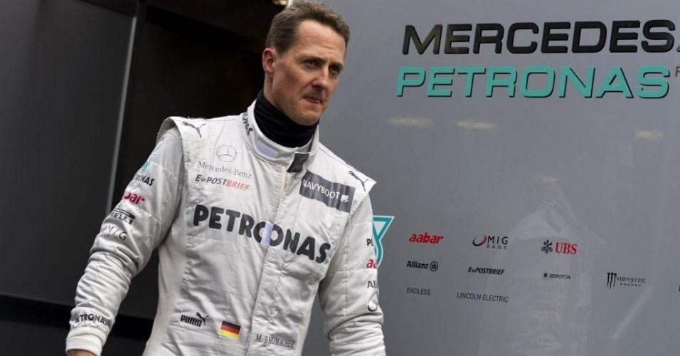 Michael Schumacher caminha pelo paddock do circuito de Barcelona