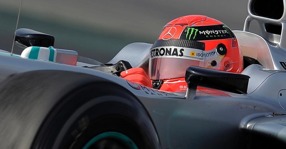 Michael Schumacher pilota sua Mercedes pela pista de Barcelona