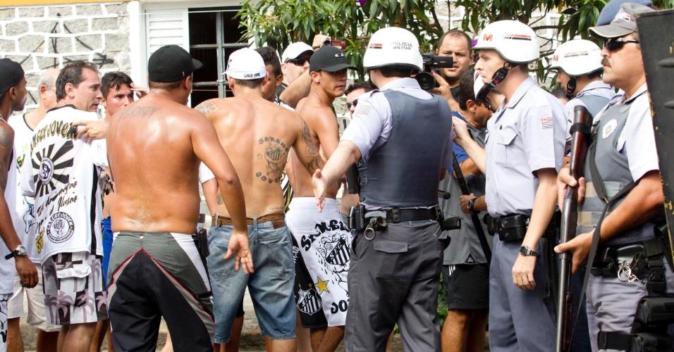 Polícia aparta confusão entre torcedores antes do clássico entre Santos e Corinthians