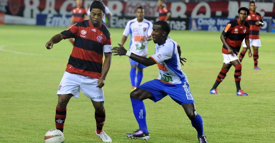 Ronaldinho Gaúcho domina a bola durante jogo entre Flamengo e Duque de Caxias, neste domingo