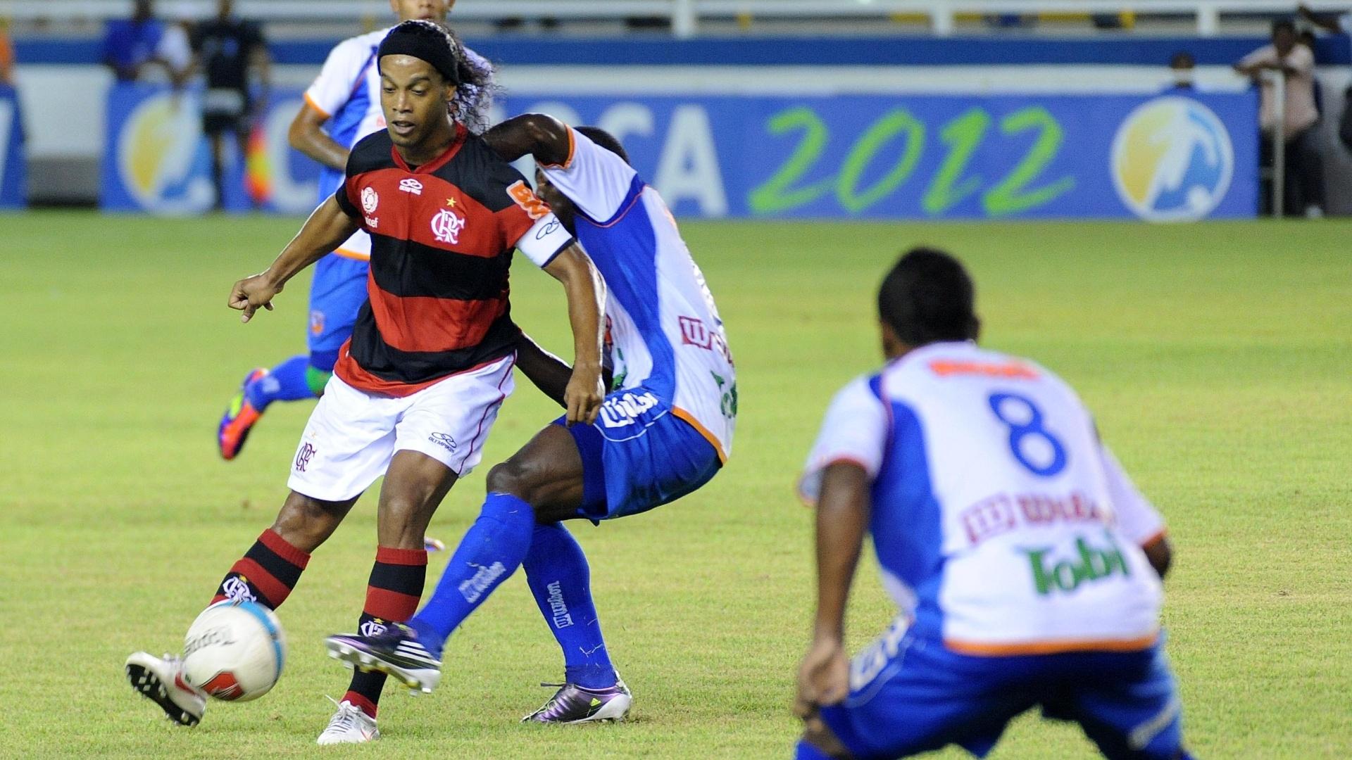 Ronaldinho Gaúcho recebe atenção especial da defesa do Duque de Caxias durante partida do Flamengo