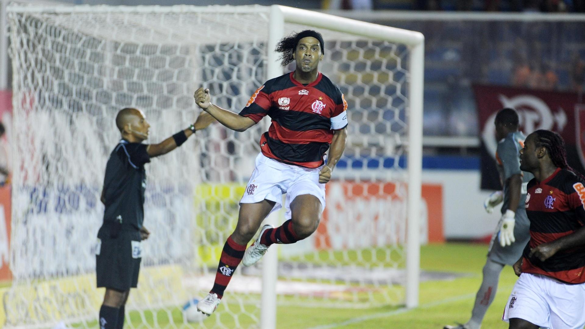 Ronaldinho Gaúcho vibra com seu gol sobre o Duque de Caxias, pelo Estadual do Rio