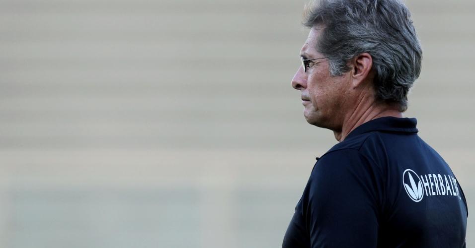 Treinador do Botafogo Oswaldo de Oliveira observa a equipe em campo diante do Volta Redonda