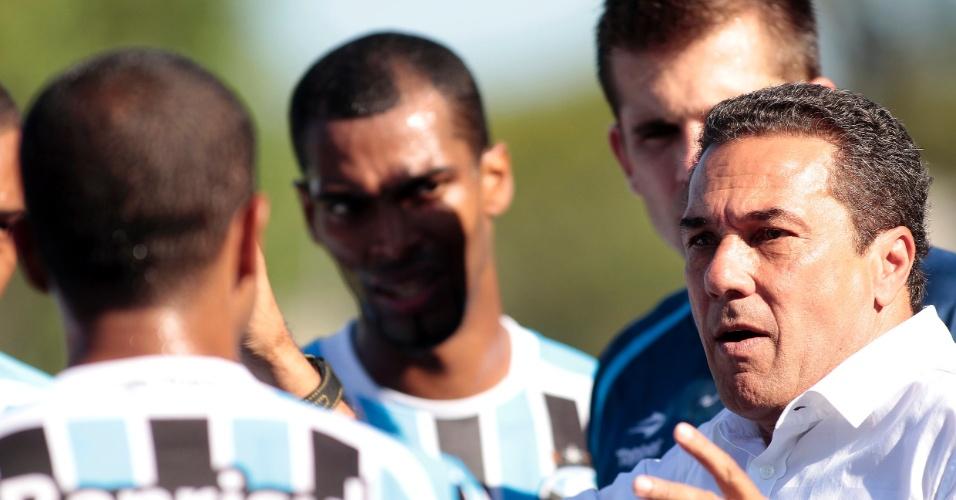 Vanderlei Luxemburgo orienta jogadores do Grêmio em partida contra o Ceramica, neste domingo