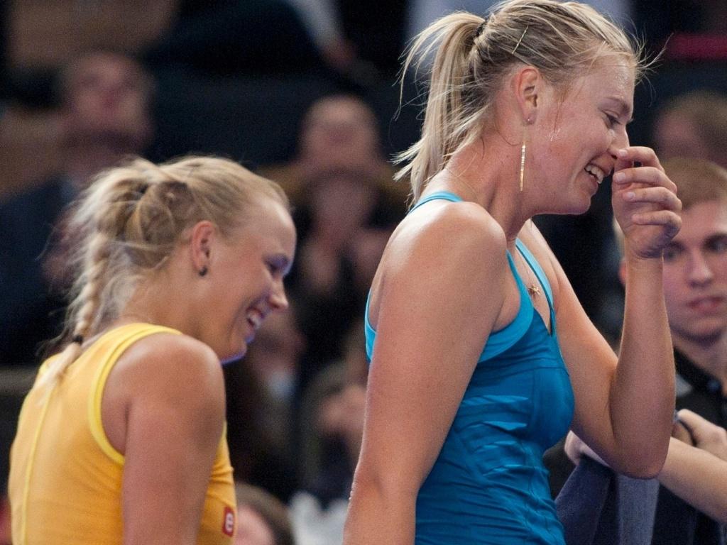 Caroline Wozniacki (e) e Maria Sharapova fizeram um jogo-exibição bastante descontraído na última segunda-feira no Madison Square Garden, em Nova York (05/03/2012)