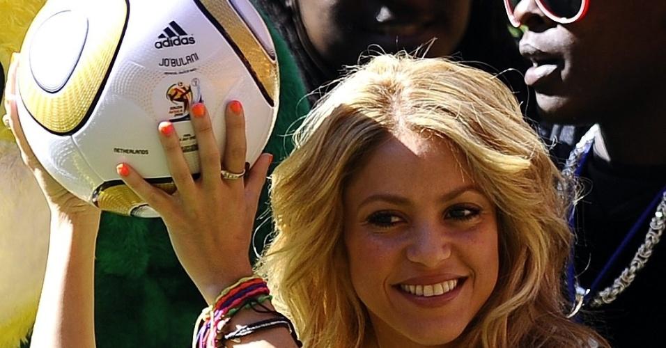 Jun.2010 - Durante a Copa do Mundo de 2010 até a cantora Shakira, que participou da cerimônia de abertura do Mundial, posou para foto exibindo a Jabulani. A colombiana foi uma das embaixadoras da Copa e namora o defensor espanhol Piqué
