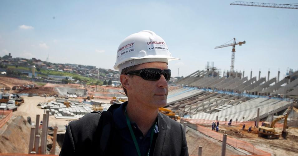 Fúlvio Danilas, chefe de escritório da Fifa no Brasil, vistoria o Itaquerão (6/3/2012)